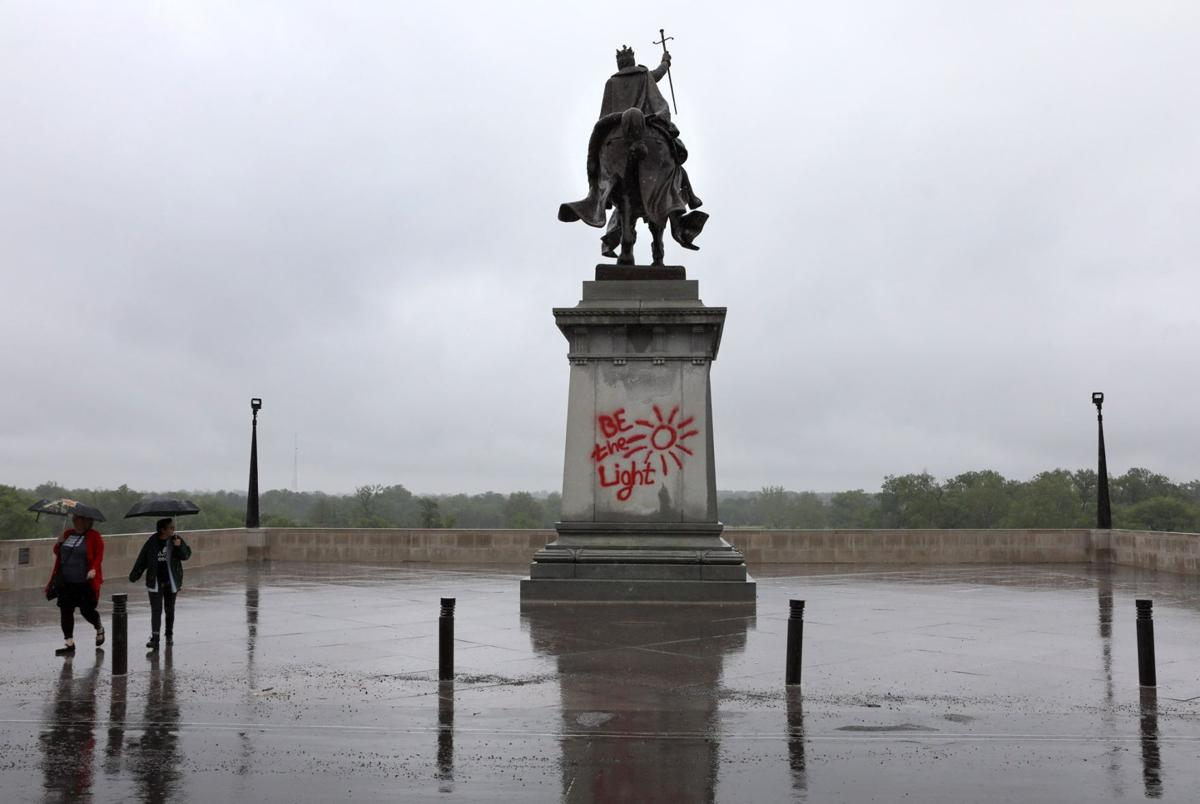 statue of st louis vandalized with graffiti metro. Black Bedroom Furniture Sets. Home Design Ideas