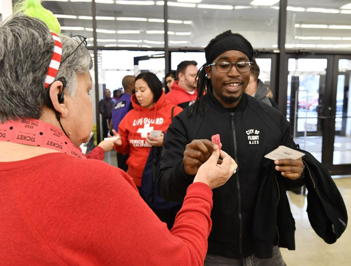 Metro East shoppers hunt for bargains on Thanksgiving day