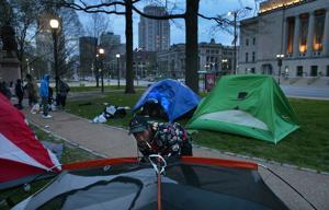 St. Louis άστεγοι βρίσκουν σκηνές και γύρω από την υποστήριξη μέσα ξέσπασμα του ιού