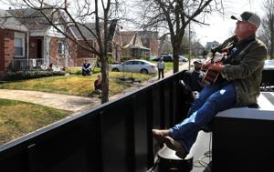 Penyanyi Country Matt Stillwell gulungan melalui St. Louis lingkungan untuk pop-up konser