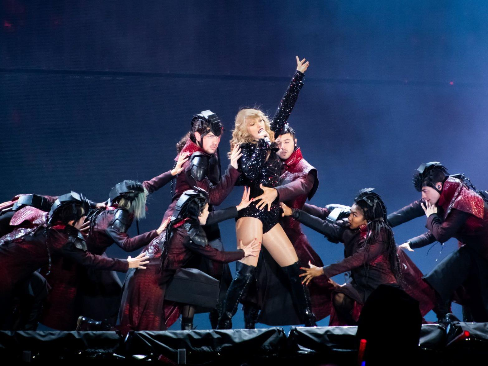 Taylor Swift Brings First Class Spectacle And Year S Biggest Show To The Dome The Blender Stltoday Com