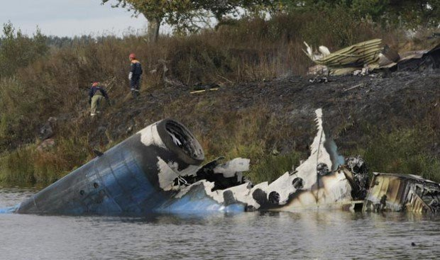 Rescuers at scene of Russian plane crash carrying hockey team