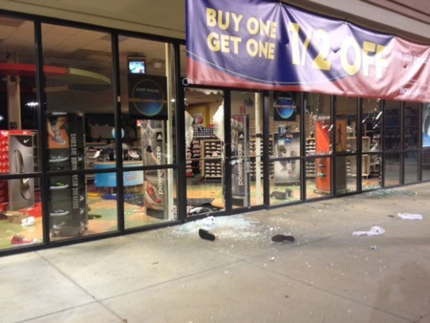 06689d940 Looters hit shoe store near Gravois in St. Louis