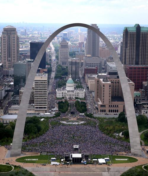 St. Louis Blues parade Stanley Cup to the Arch for fans