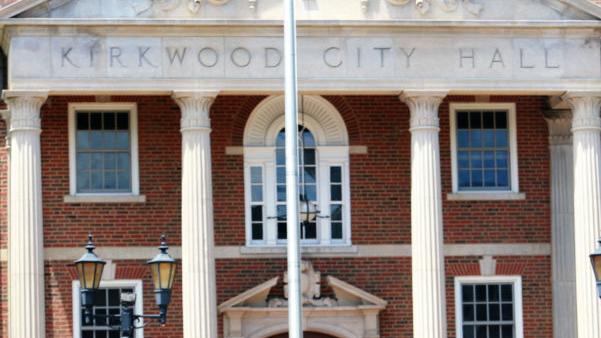 Οι υπάλληλοι αποφασίζουν ενάντια ένα ψηφιακό μήνυμα του σκάφους σε Kirkwood Δημαρχείο