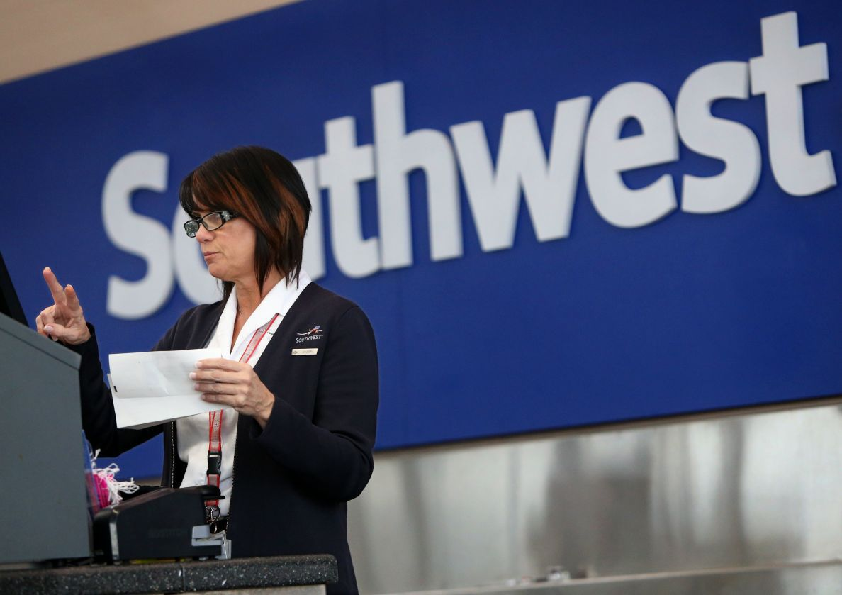 customer service at southwest air Southwest airlines serves 108 million passengers a month, provides service to 42 states, and hasn't seen a red balance sheet since the nixon presidency great customer service starts with happy employees southwest treats its employees well.