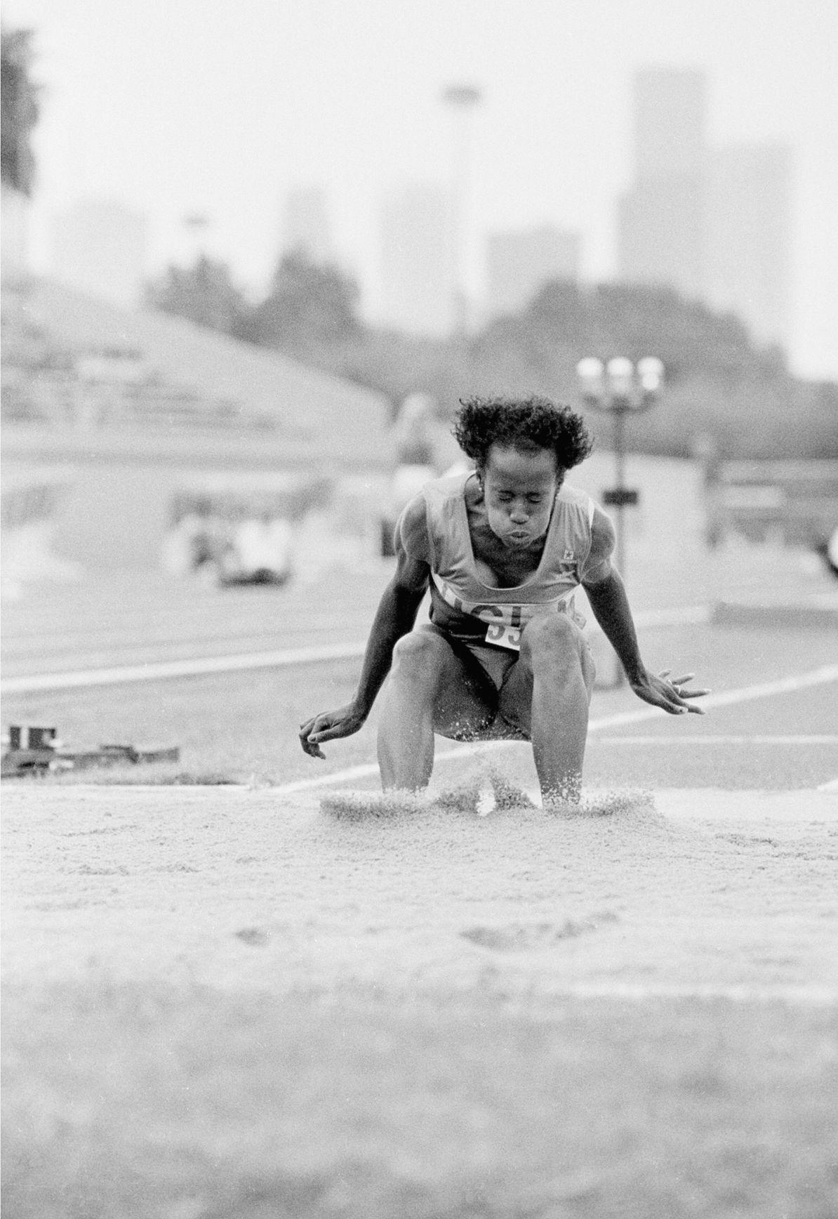 Watch Jackie Joyner-Kersee 6 Olympic medals in athletics video