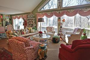 Di rumah: Mengubah furnitur dan dia Chesterfield rumah menjadi karya seni rakyat