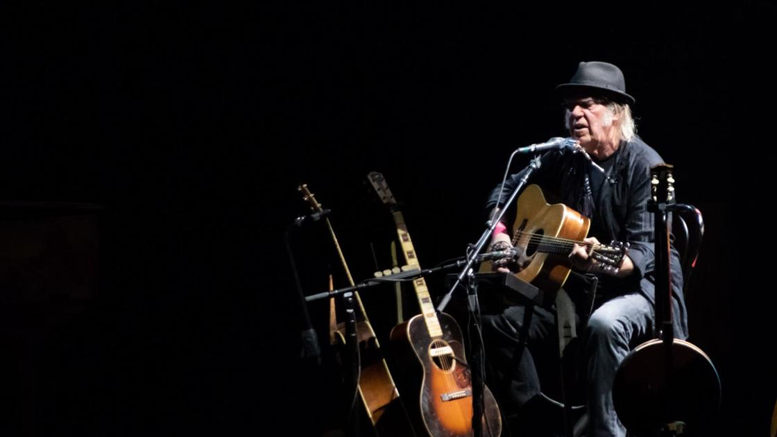 Neil Youngs Fox Theatre Show Is A Delight For His Faithful
