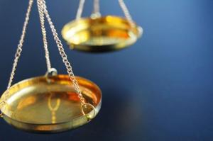 審査員の紛争に遅れを三重殺人の裁判