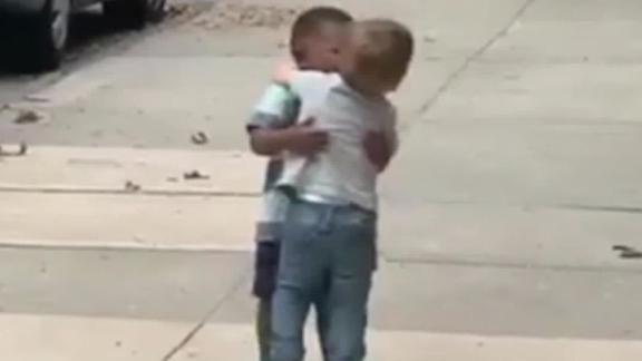 インターネットに恋をこれら二つの幼児を抱きかかえ