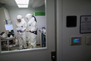 St. Louis peneliti memobilisasi baru coronavirus, mencari perawatan, jawaban