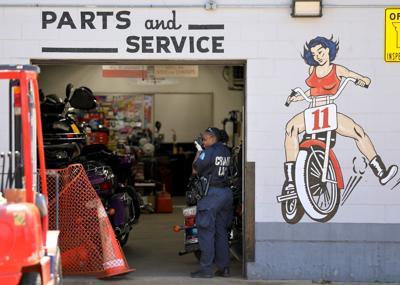 Fugitive fleeing police shot motorcyle repair shop employee