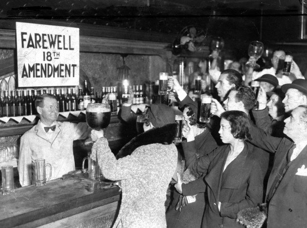 Collectibles Historical Memorabilia Prohibition 1920s Photo New York Police/agents Raid Pour Alcohol/moonshine Sewer To Win Warm Praise From Customers