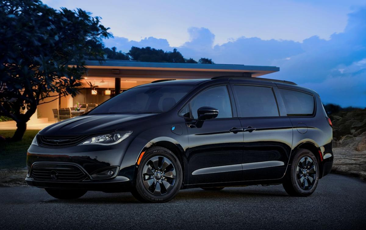 4c3b8dcd1c 2019 Chrysler Pacifica Hybrid with S Appearance Package