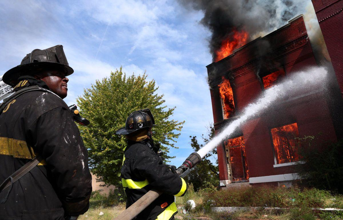 Fire burns abandoned house on Aldine Avenue