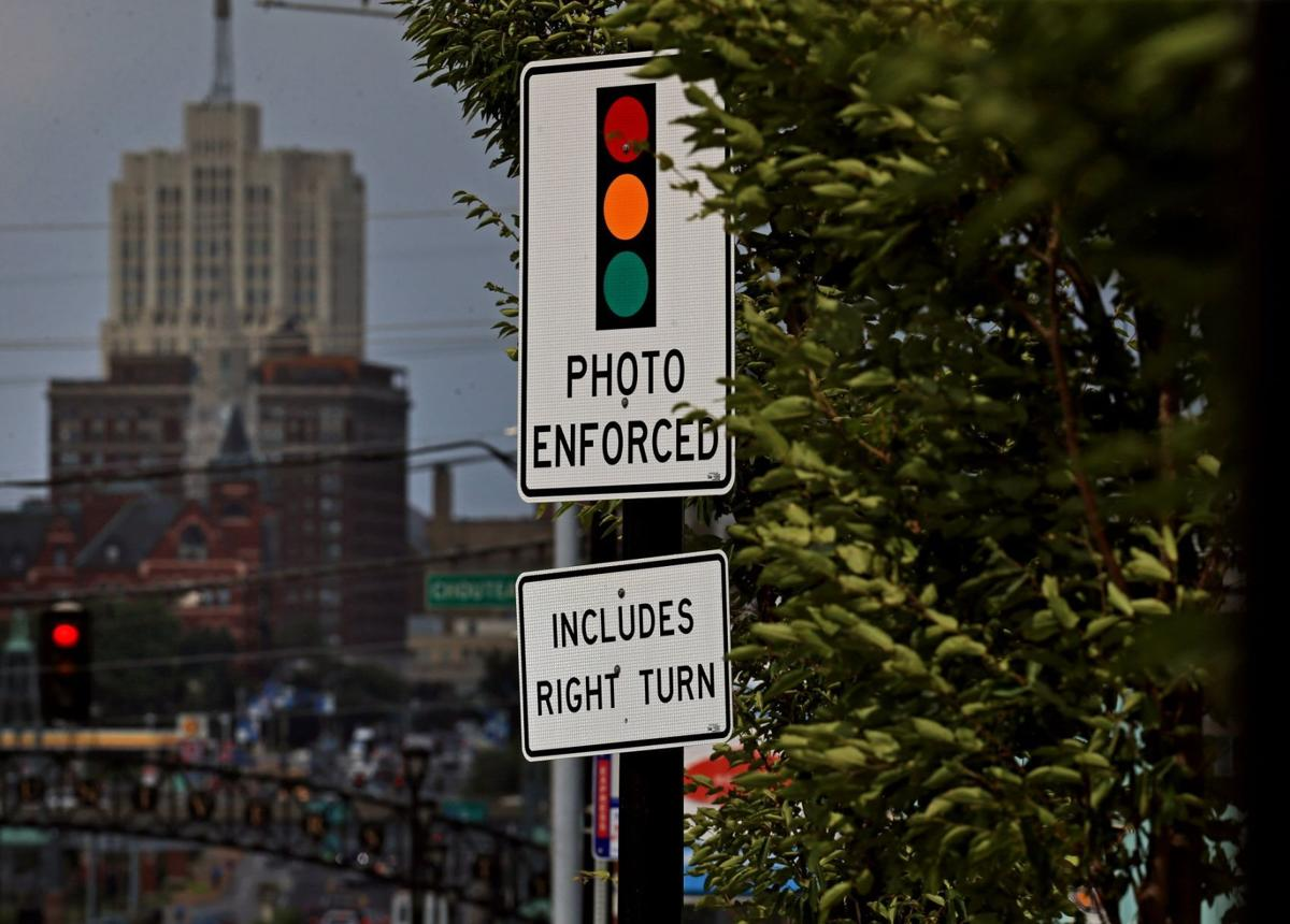 Sign warns of red light camera in St. Louis