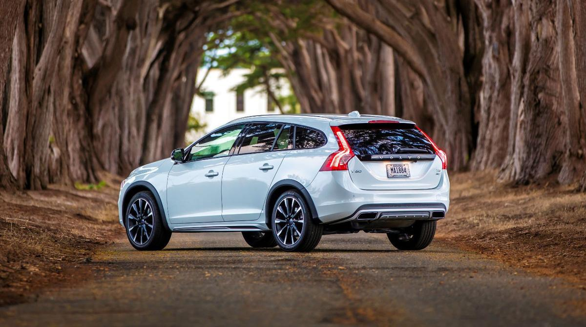 2017 volvo v60 t5 cross country though still 39 t5 39 its cylinder count drops to 4 automotive. Black Bedroom Furniture Sets. Home Design Ideas