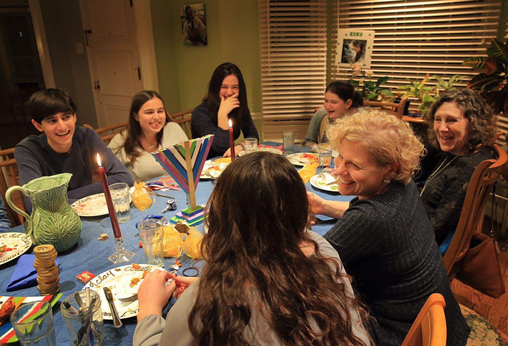 Local families give Washington U. students a \u0027home away from home ...