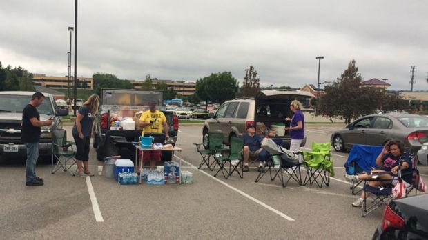 Volunteers provide lunch