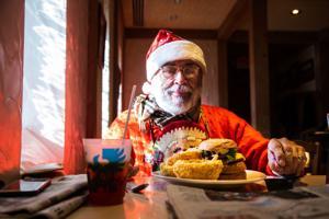 Όπως Schneithorst κλείνει, οι πελάτες στην Ladue πάρει μια τελευταία ευκαιρία για τα τρόφιμα, τα ποτά, και την αντανάκλαση