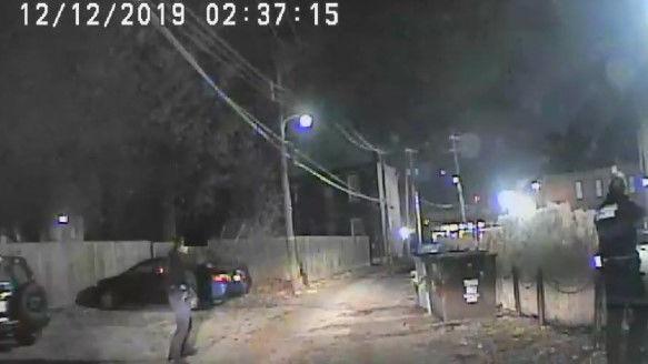 Video scheint zu zeigen, den Menschen zeigen Waffe bei Offizieren im Wald