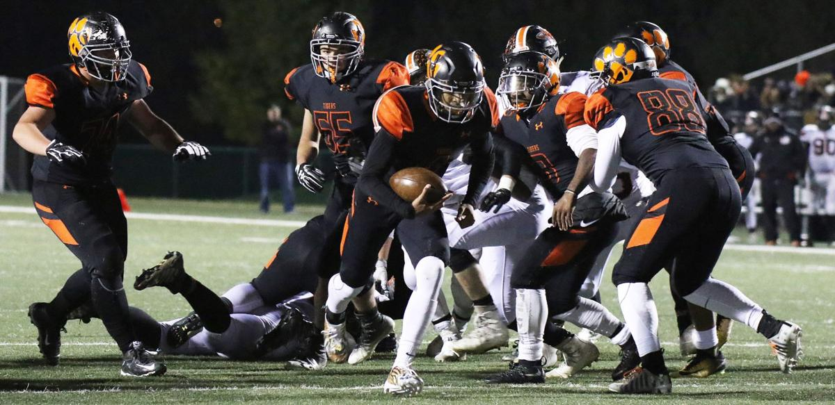 Class 8A football quarterfinal-Minooka at Edwardsville (5).JPG