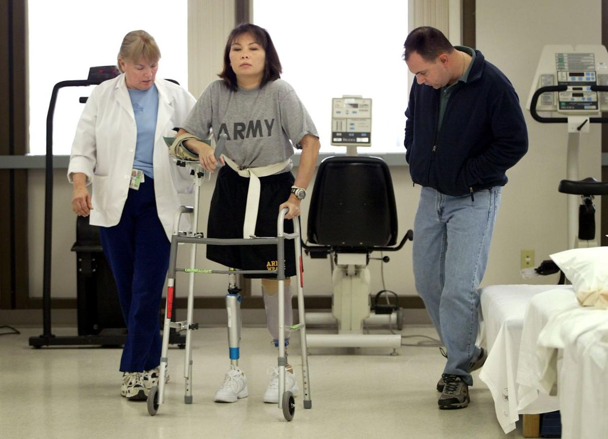 2005 photo: Tammy Duckworth in physical therapy