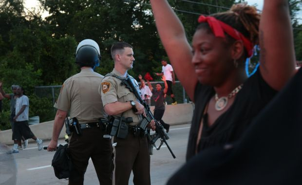 Officers try to move crowd of protesters in Ferguson