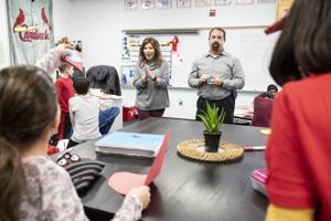 Der Schüler wird die Lehrer — und ein Kollege — im Chesterfield-Grundschule
