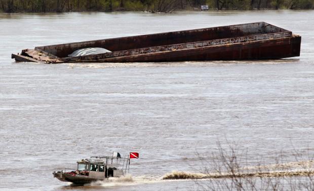 Barges break free, some sink on Mississippi River