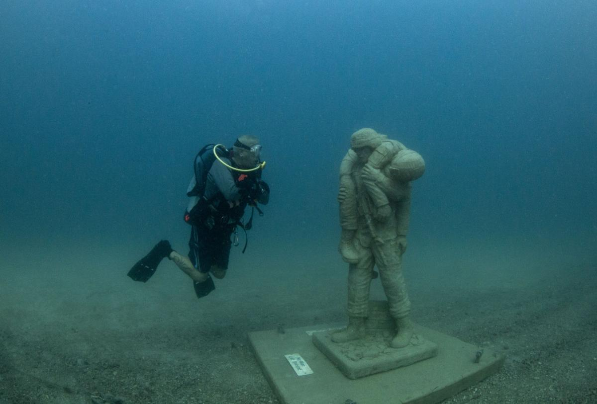 Veterans and divers christen underwater 'Circle of Heroes'