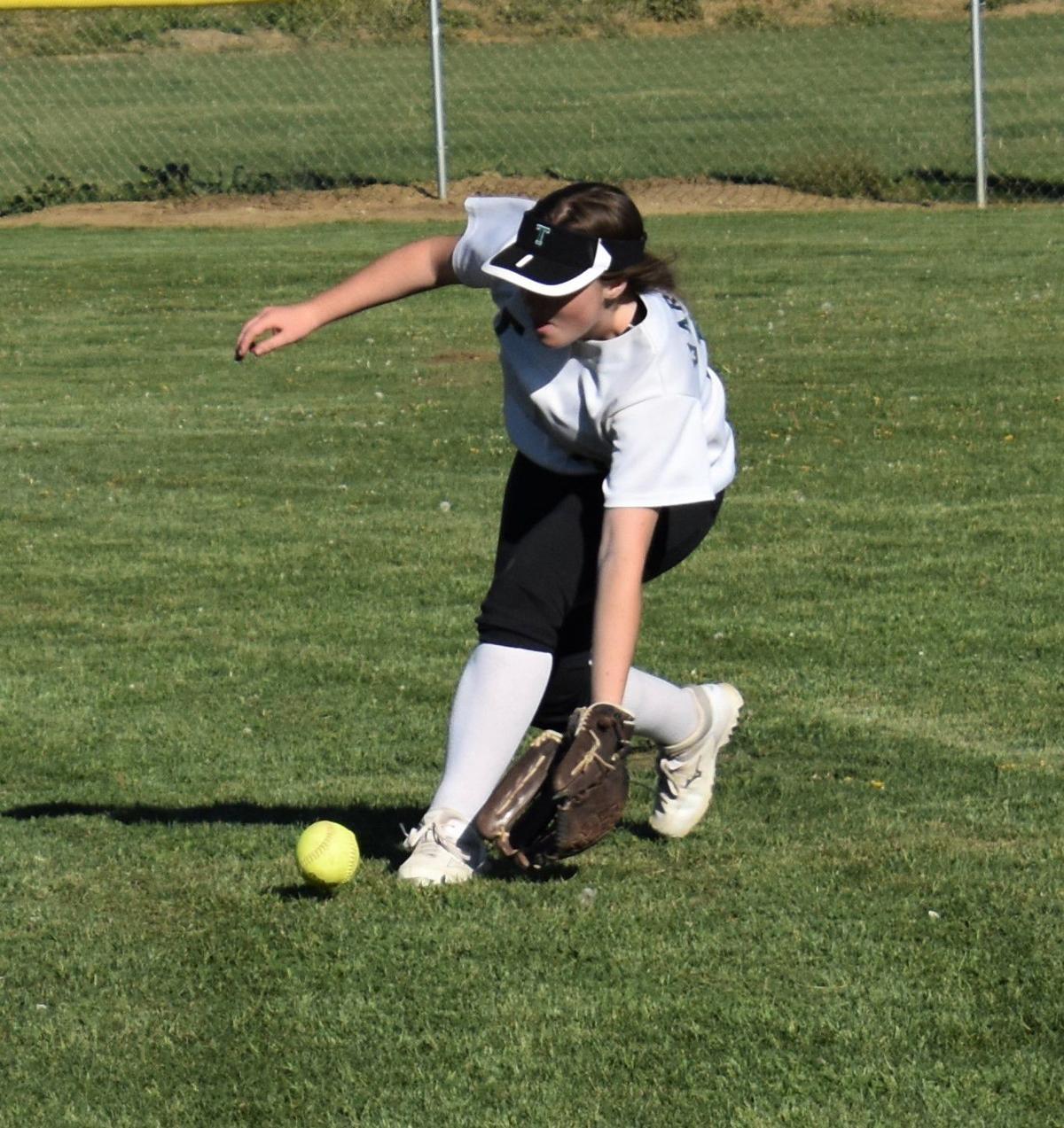 Emma Barrett fielding on the run.JPG