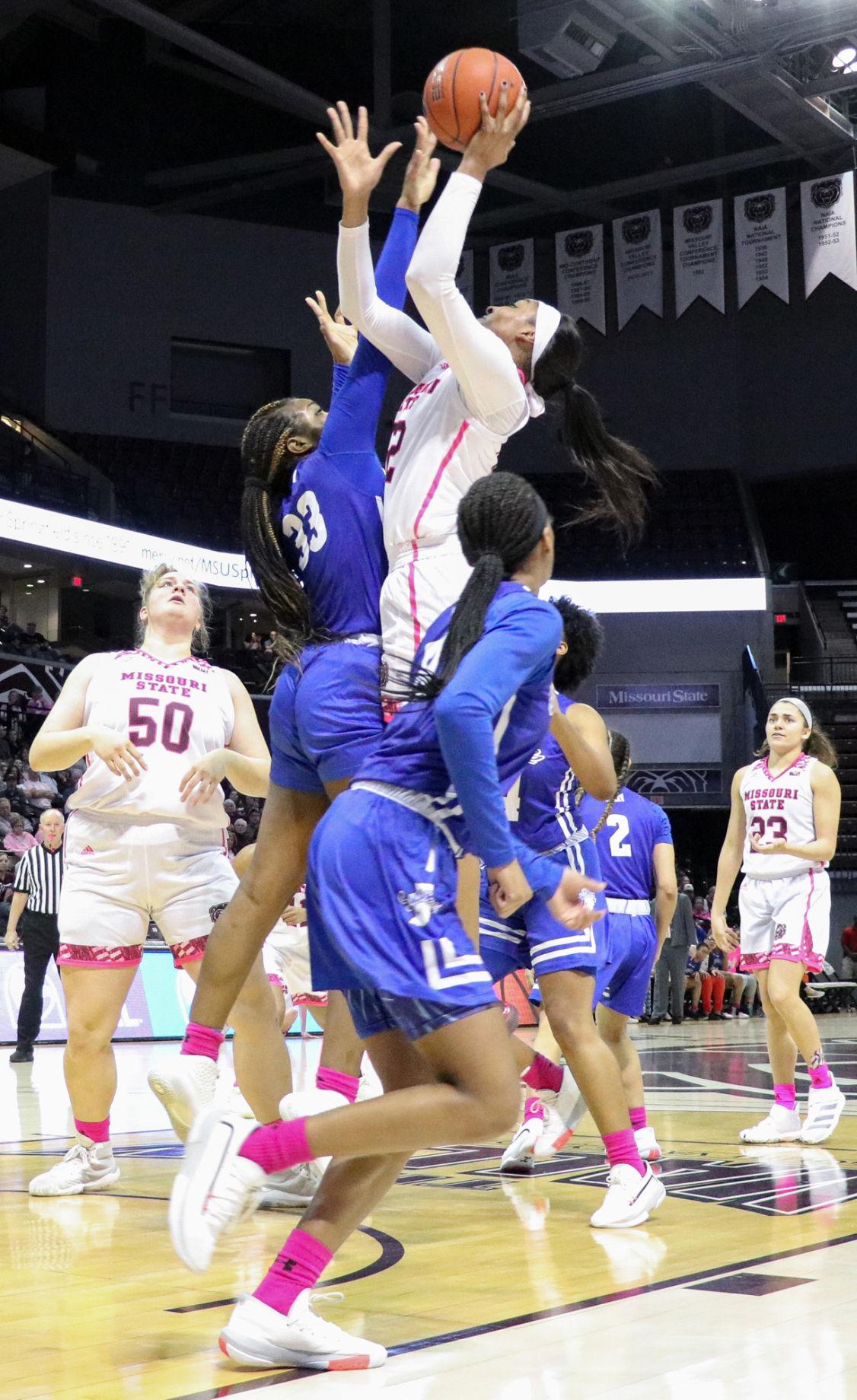 Jasmine Franklin shoots the ball
