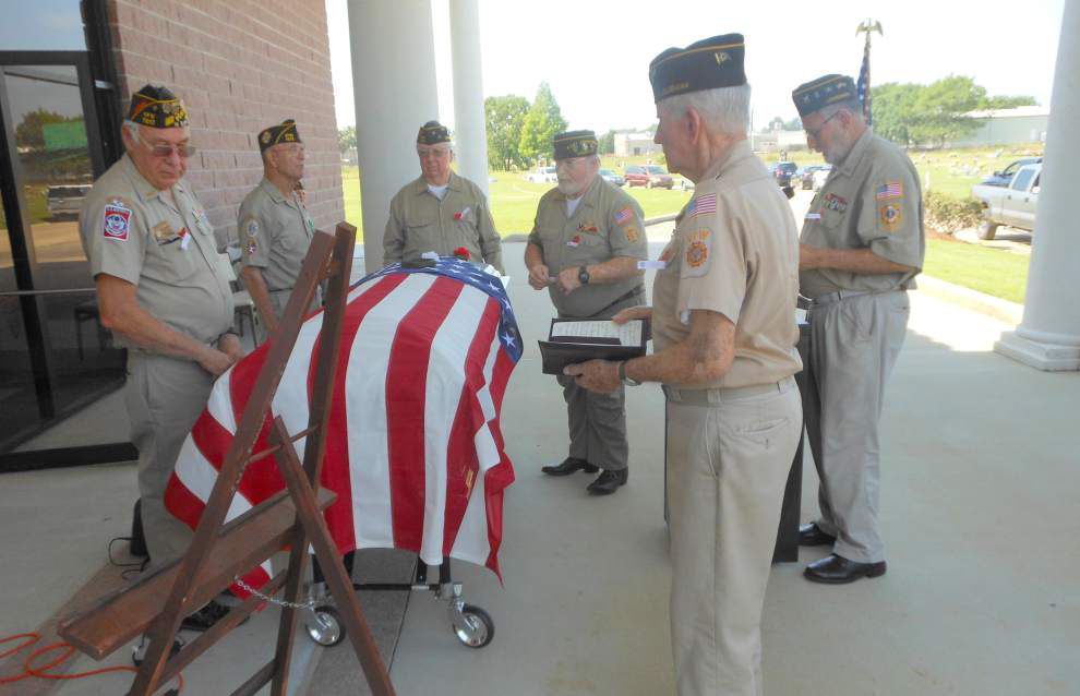 Member traces history of Memorial Day holiday during solemn ceremony _lowres