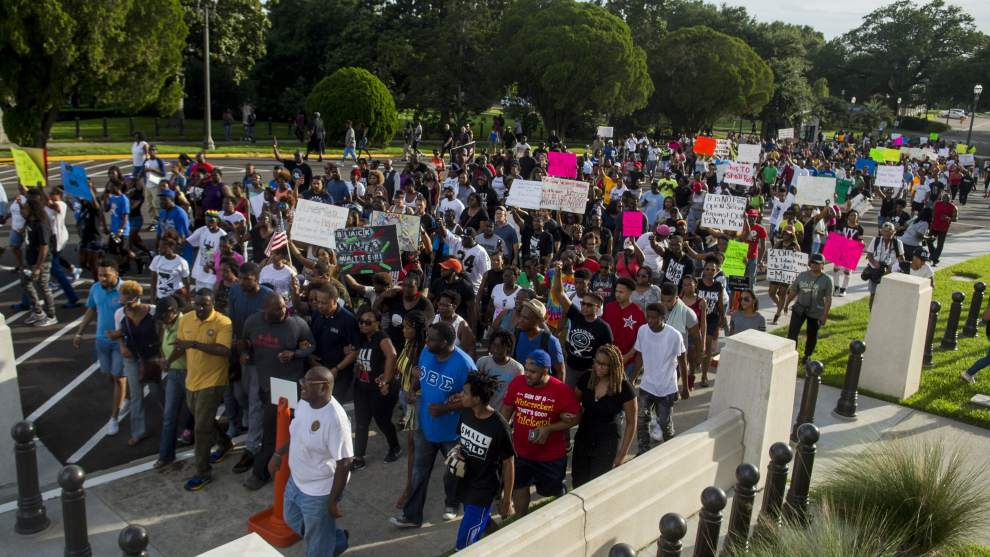replay crowds return to site of friday s alton sterling protests after tense scene at baton