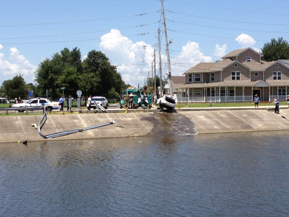 Photos: Car plunges into Metairie canal Sunday; divers jump in _lowres