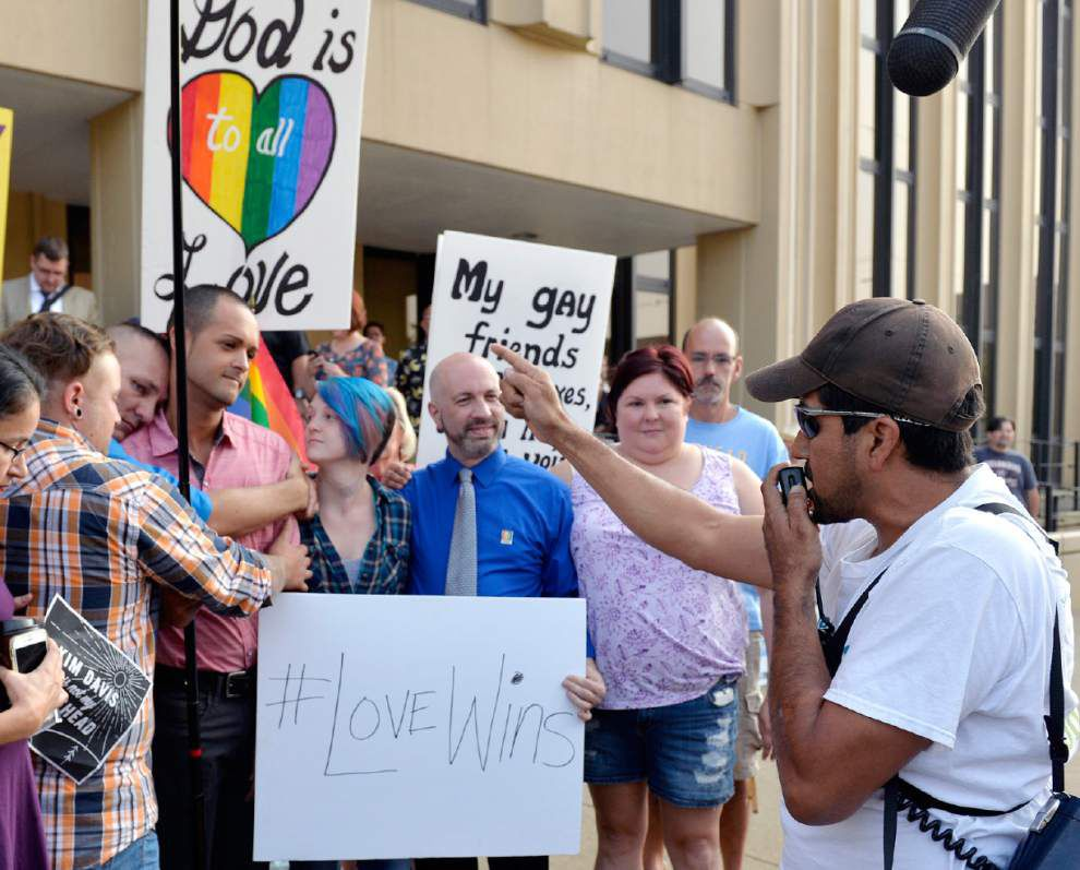 Crowd chants 'Love won!' as Kentucky clerk heads to jail for refusing to issue marriage licenses to gay couples _lowres