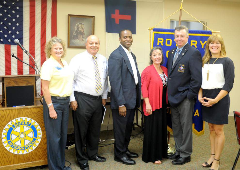 Rotary's district governor honors Zachary Club _lowres