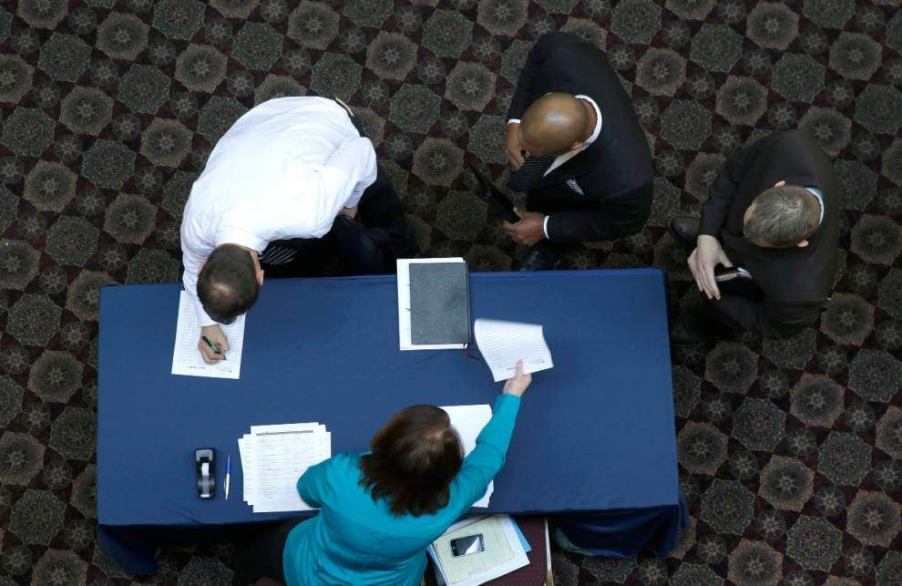 Applications for jobless benefits rise to 348,000 _lowres