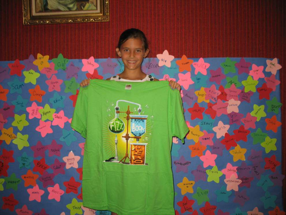 Libraries award T-shirts to summer readers _lowres