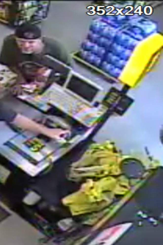 Ascension deputies searching for men suspected of trying to use counterfeit bills at a store _lowres