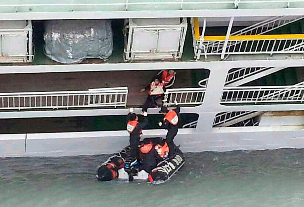 Fears rise for missing in S. Korea ferry sinking _lowres