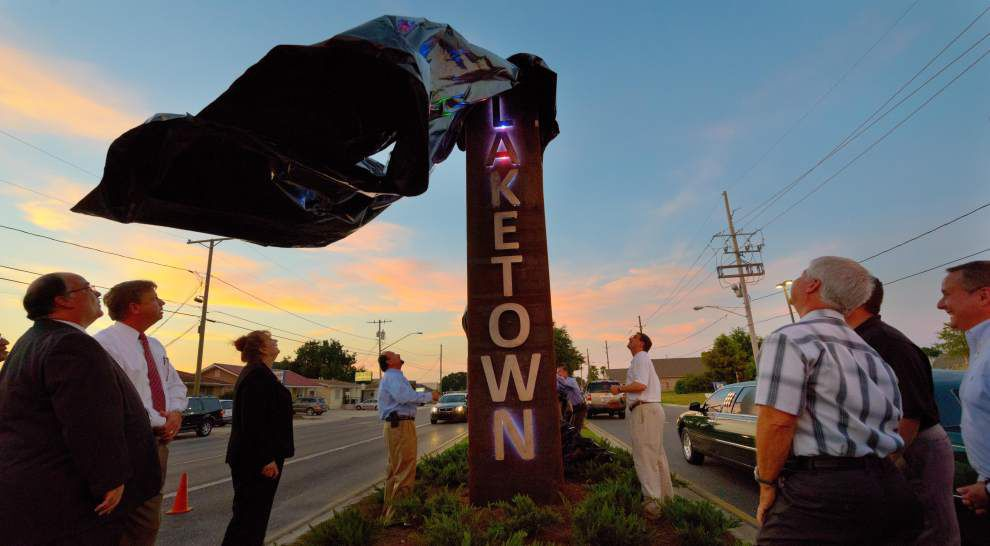 Kenner unveils new sign and sculpture for Laketown _lowres