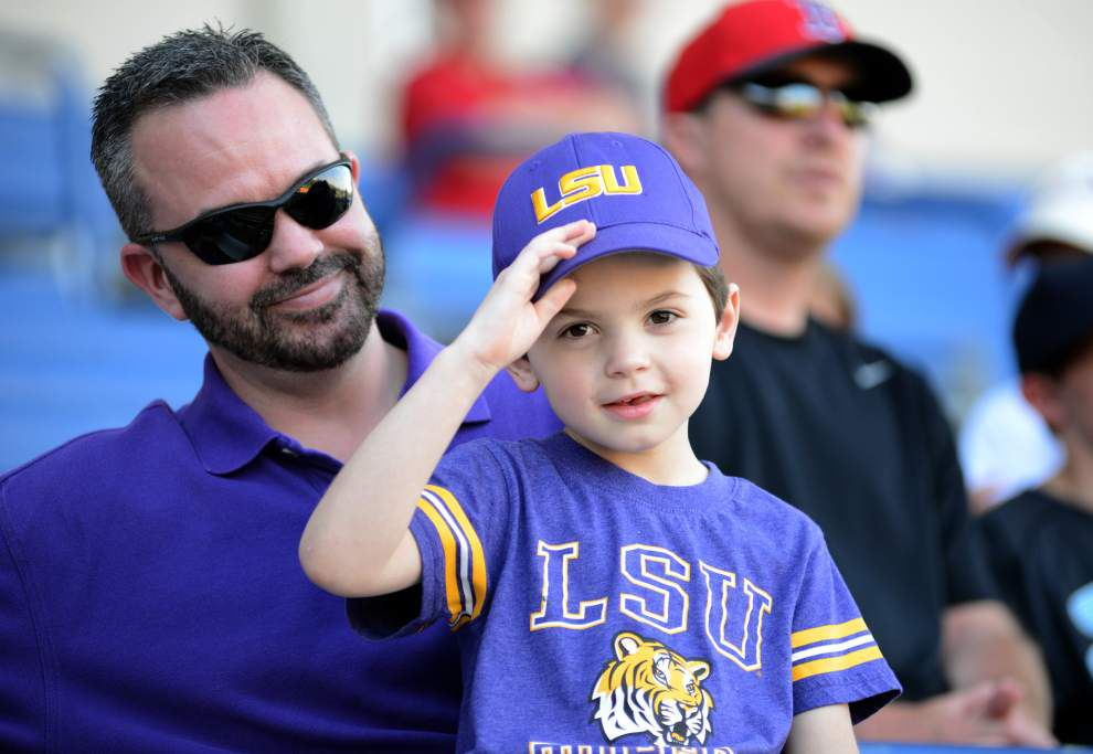 Chris Chinea continues home-run hitting streak as LSU rolls up 13 hits and secures series win with 6-2 victory over Alabama _lowres