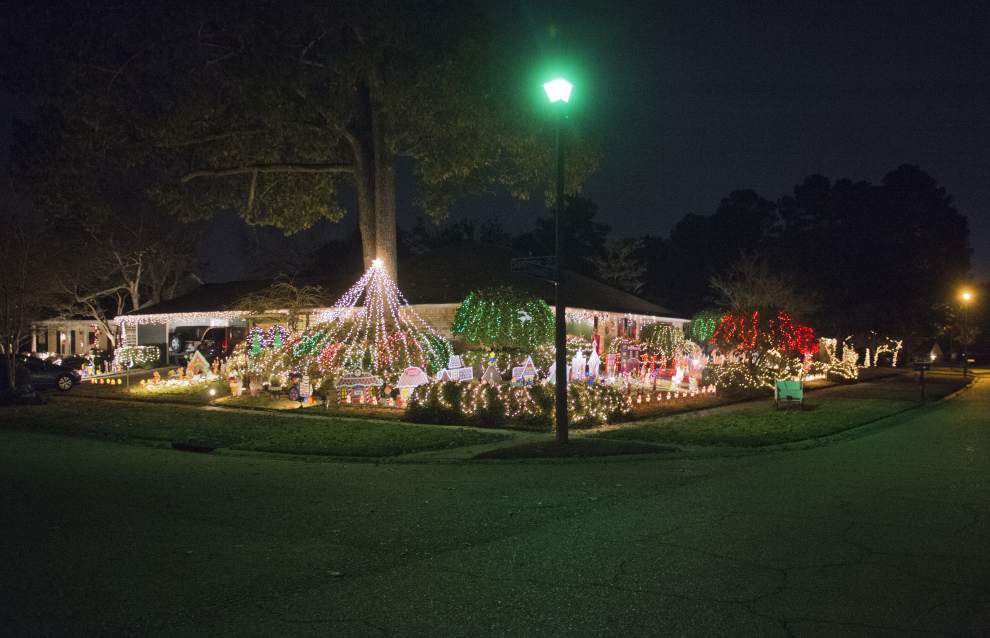 35 years in the making, Kenilworth yard is bursting with Christmas decorations _lowres