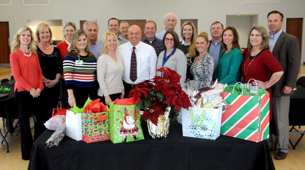 Gift-giving part of chamber luncheon _lowres