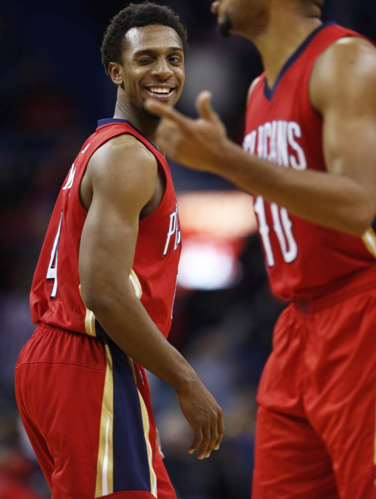 Pelicans guard Ish Smith assisting Anthony Davis, Ryan Anderson on offense _lowres