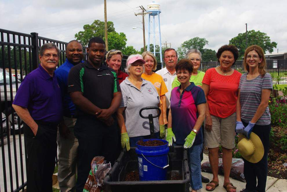 Garden club holds sale, receives donation _lowres