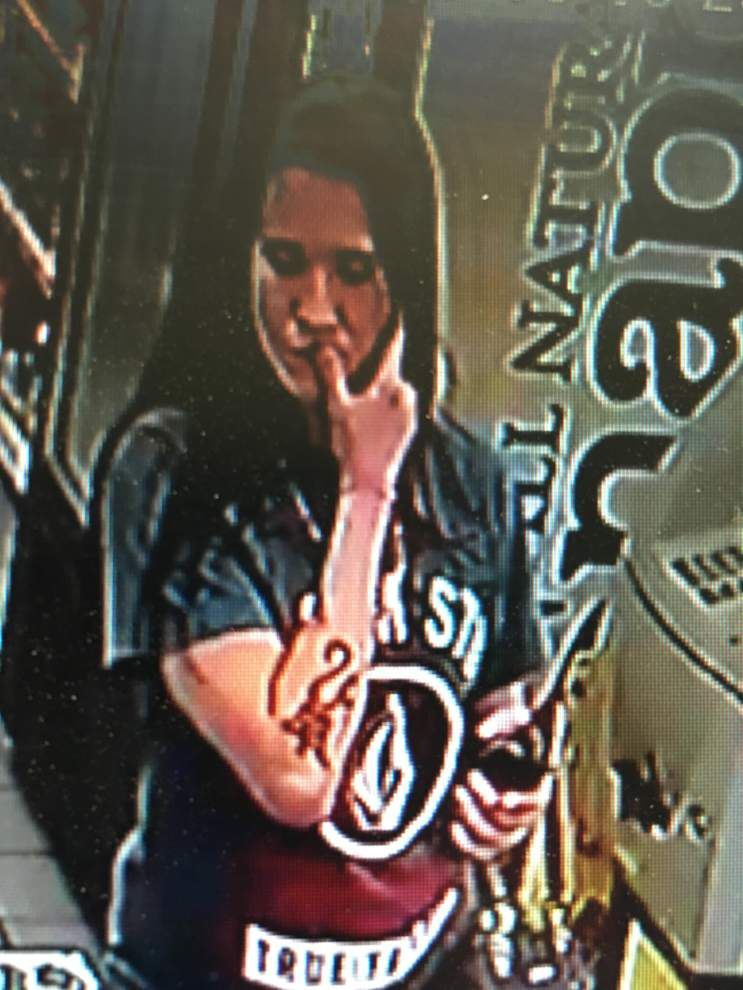 Baton Rouge police: Man grabs cash from gas station employee's hand while woman distracts her _lowres